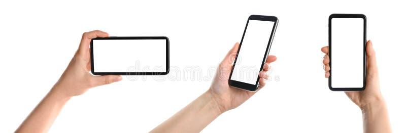 Reeks met vrouwen die smartphones op witte achtergrond houden royalty-vrije stock afbeelding