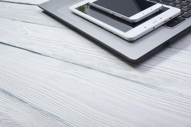 Reeks moderne computerapparaten - laptop, tablet en telefoon dichte omhooggaand royalty-vrije stock fotografie