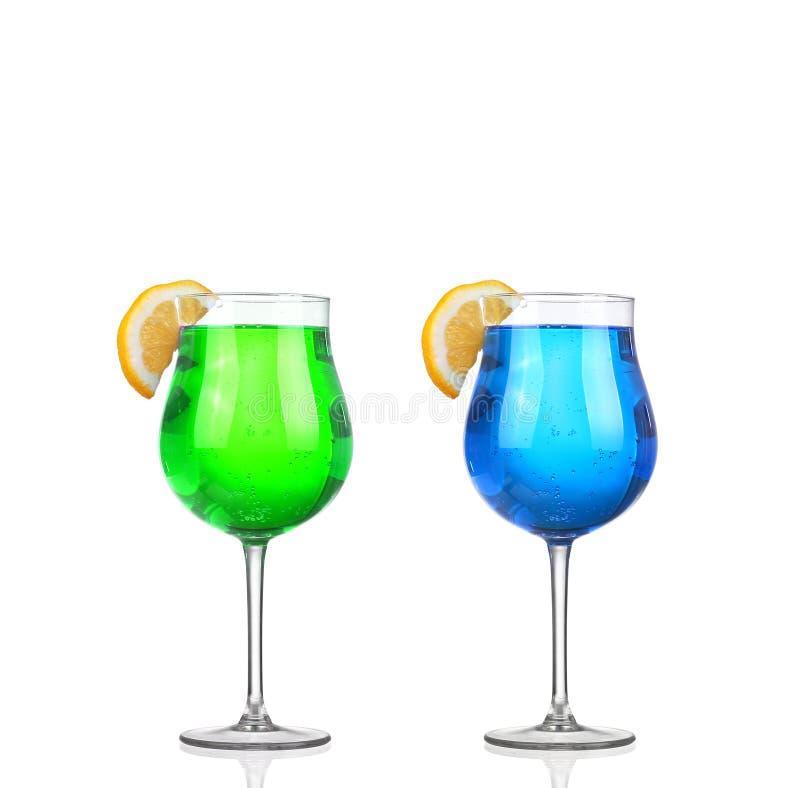 Reeks mooie geschotene die glazen met gekleurde alcoholische cocktails worden gevuld stock afbeeldingen