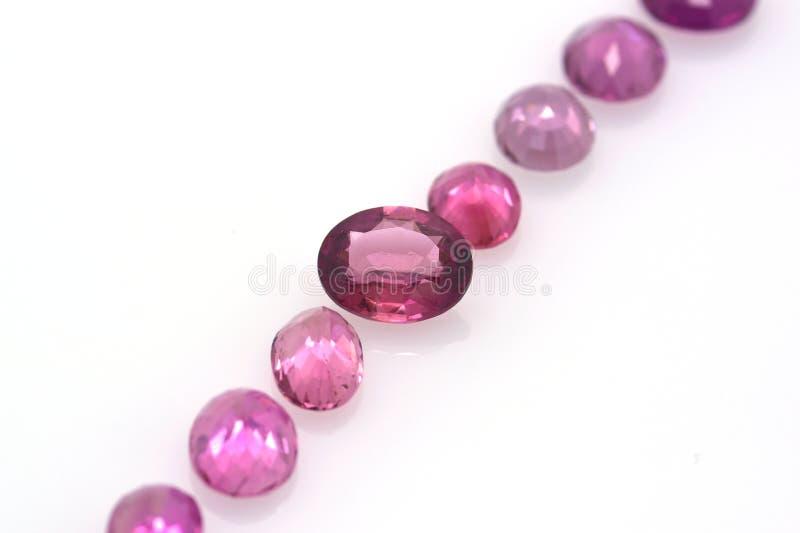 Reeks mooie rode en roze opgepoetste tourmalines op een neutrale achtergrond Kostbare juwelen en gemmen royalty-vrije stock fotografie