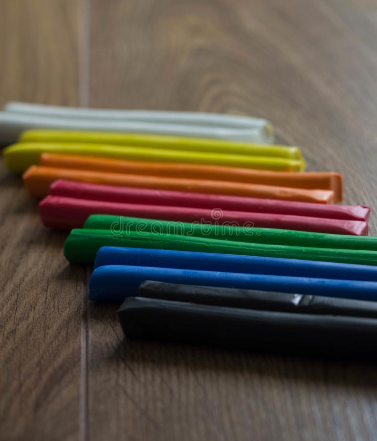 Reeks multicolored plasticinebars voor modellering op houten lijst Hoogste mening, afvoer en creativiteitconcept stock foto's