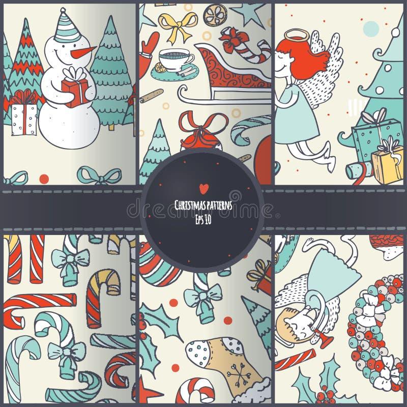 Reeks naadloze die Kerstmispatronen, hand in krabbel leuke stijl wordt getrokken Vlakke Santa Claus, Kerstboom, engelen, suikergo stock illustratie