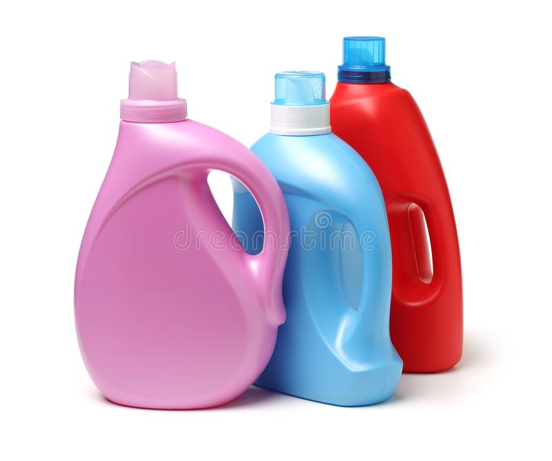 Reeks plastic flessen voor vloeibaar wasmiddel of schoonmakende agent of bleekmiddel of stoffenwaterontharder stock foto's
