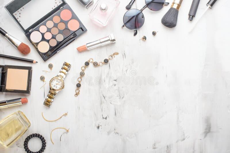 Reeks professionele schoonheidsmiddelen, make-uphulpmiddelen en toebehoren op een witte marmeren achtergrond met exemplaarruimte  stock fotografie