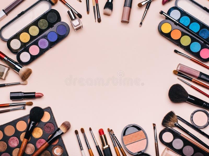Reeks professionele schoonheidsmiddelen, make-upproducten en toebehoren voor de schoonheid van vrouwen Borstels, schaduwen, lippe stock afbeelding