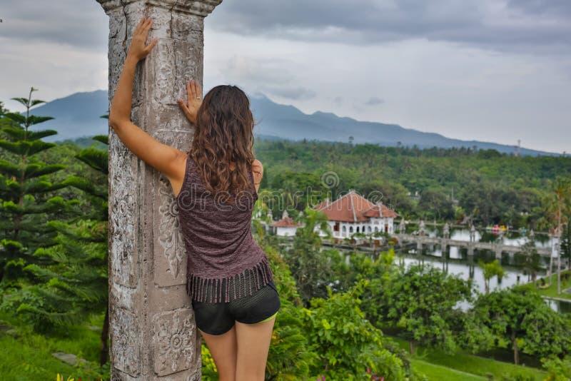 Reeks reizend meisje in Azië mooi meisje met lang donker haar in het elegante grijze kleding stellen op oude brug in Tirta royalty-vrije stock afbeeldingen