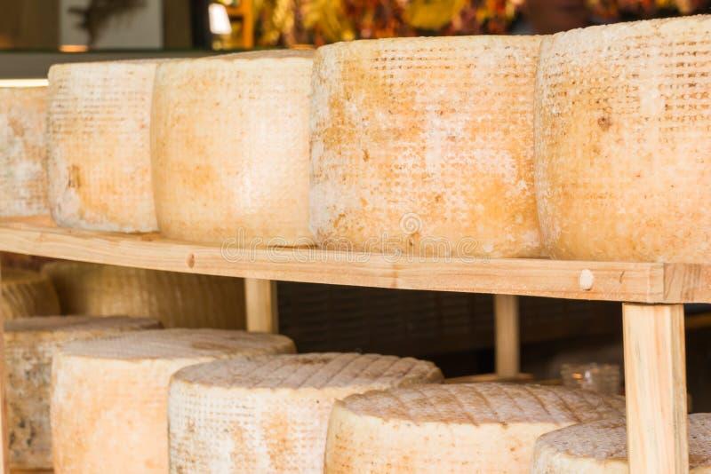 Reeks ronde vormen van oude kaas voor verkoop in lokale marke royalty-vrije stock afbeeldingen