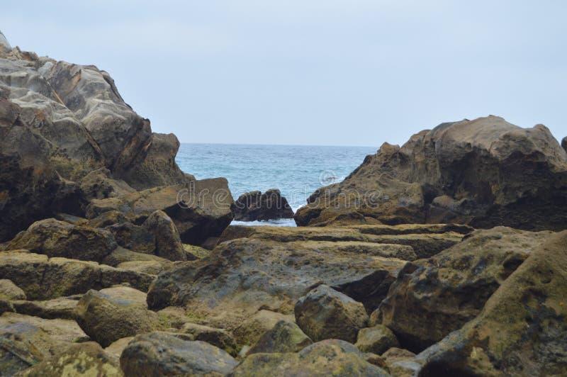 Reeks Rotsen op het Strand in Atlanterra in Zahara Aard, Architectuur, Geschiedenis, Straatfotografie 12 juli, 2014 Zahara DE Los stock afbeeldingen