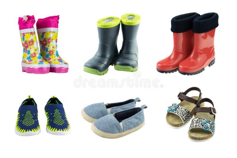 Reeks rubberlaarzen, tennisschoenen, en sandals voor geïsoleerde jonge geitjes royalty-vrije stock foto