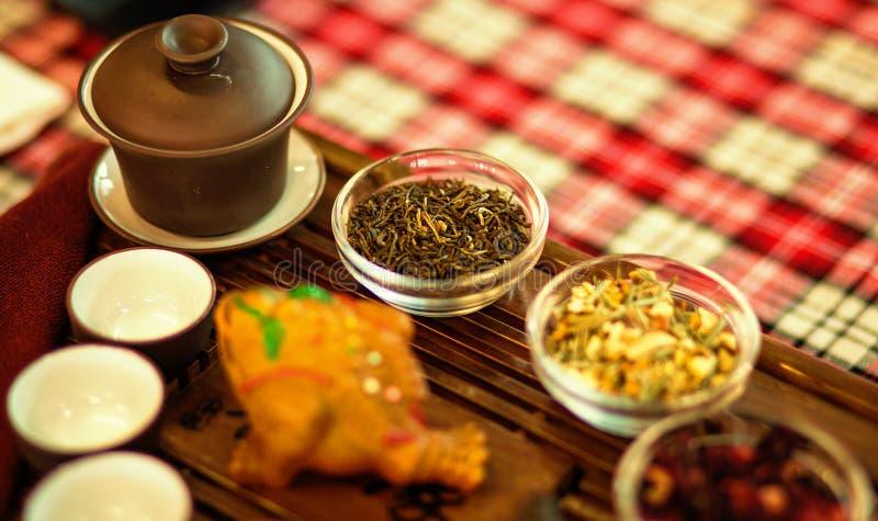 Reeks schotels voor Chinese theeceremonie op dienblad Groene thee stock fotografie