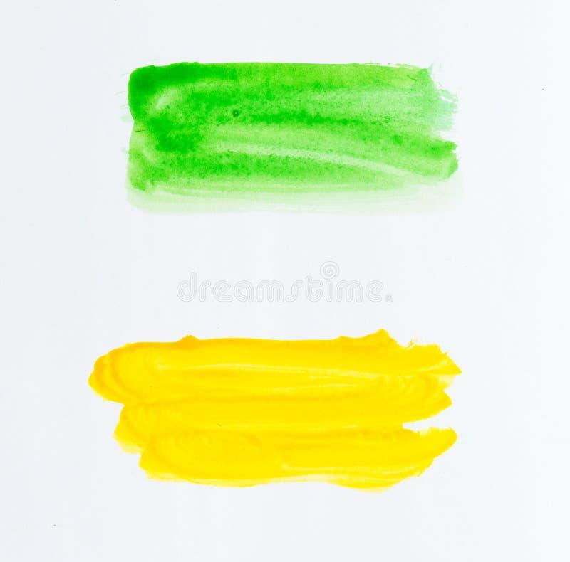Reeks slagen van de waterverfborstel van groene en gele verf op whi royalty-vrije stock afbeelding