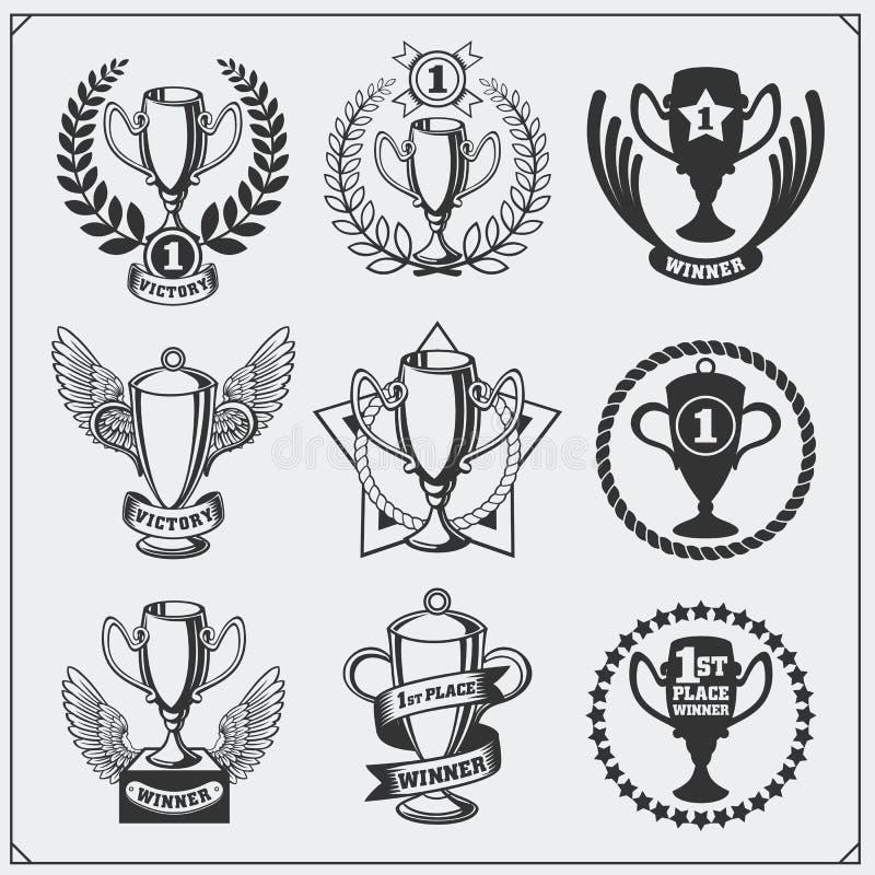 Reeks sporttoekenning en trofeeën Winnaarkoppen met winnaar` s kroon en toekenningslint vector illustratie