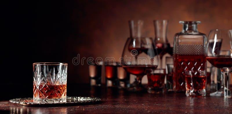 Reeks sterke alcoholische dranken in glazen op een bruine achtergrond royalty-vrije stock fotografie