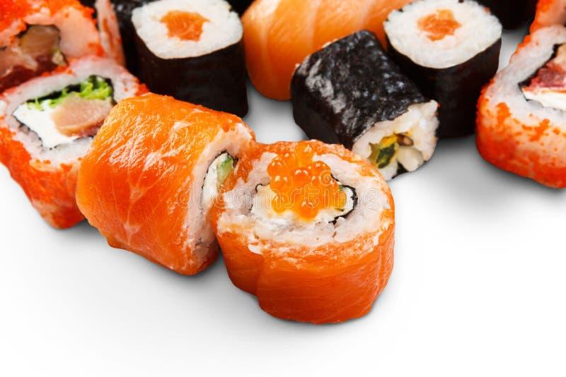 Reeks sushi, maki en broodjes die bij wit worden geïsoleerd stock fotografie