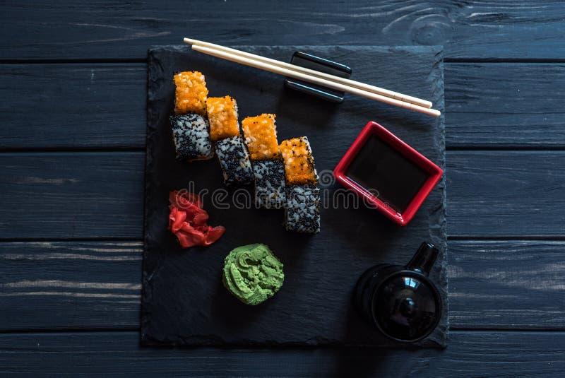 Reeks sushi op een zwarte achtergrond stock foto's