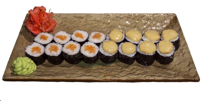 Reeks sushibroodjes Hosomaki op een rechthoekige gestileerde geïsoleerde plaat stock fotografie