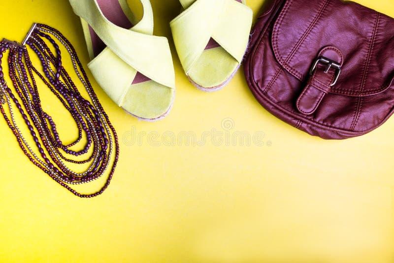 Reeks Toebehoren van Vrouwen` s Dingen aan Zomer Bruin Zak Geel Platform Sandals, Halsband Vlak leg stock foto's