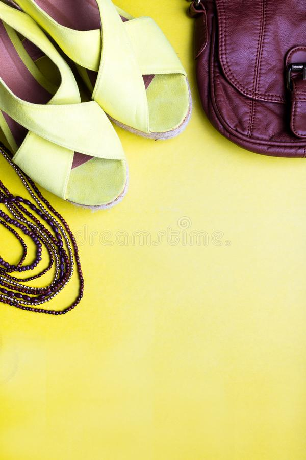 Reeks Toebehoren van Vrouwen` s Dingen aan Zomer Bruin Zak Geel Platform Sandals, Halsband Vlak leg royalty-vrije stock fotografie