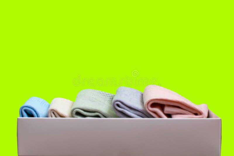Reeks toevallige sokken van verschillende kleuren in giftdoos Selectieve nadruk royalty-vrije stock fotografie