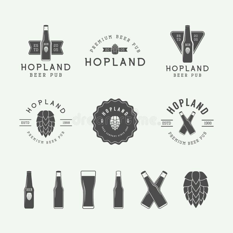 Reeks uitstekende bier en baremblemen, etiketten en emblemen met flessen, hop, en tarwe royalty-vrije illustratie