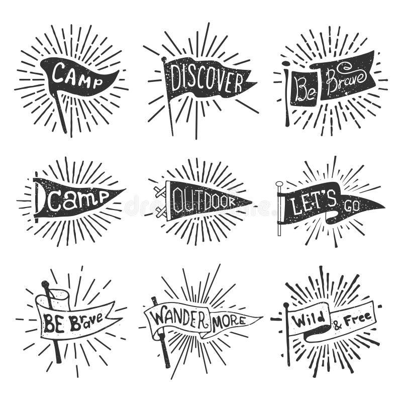 Reeks van avontuur, in openlucht, het kamperen wimpels Retro zwart-wit etiketten met lichte stralen Hand getrokken zwerfluststijl stock illustratie