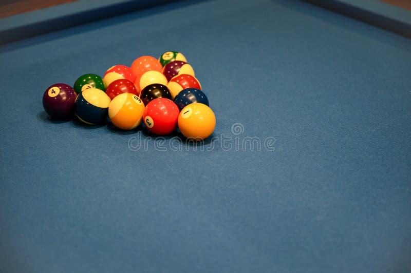 Reeks van de driehoek van biljartballen op de blauwe lijst van de biljartpool royalty-vrije stock afbeelding