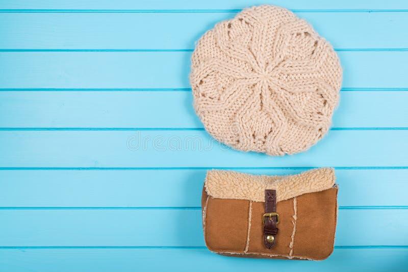Reeks van de gebreide baret van vrouwen en de winterzak op een houten backgroun royalty-vrije stock foto's