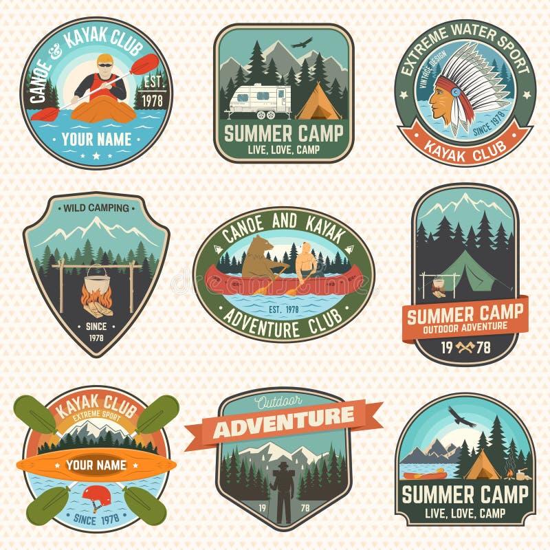 Reeks van de van de de zomerkamp, kano en kajak clubkentekens Vector Concept voor flard Retro ontwerp met het kamperen, berg, riv vector illustratie