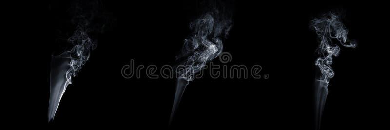 Reeks van drie stromende rook op zwarte achtergrond, witte damp, abstracte stroom van sigarettenrook, aroma-stick rook stock foto's