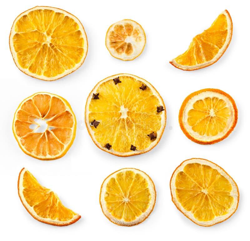 Reeks van droge plakken en de helft van een plak van sinaasappel en citroen, die op wit wordt geïsoleerd stock foto