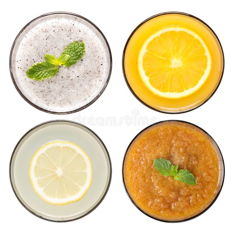 Reeks van fruit smoothie en vruchtensap in glazen op whi worden geïsoleerd die stock foto's