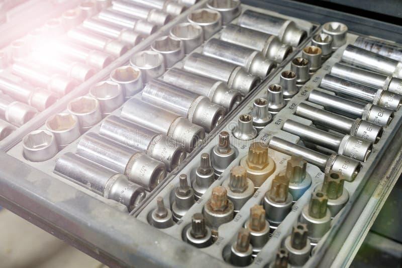 Reeks van hulpmiddelenclose-up - moersleutelhoofden, pijpen de schroevedraaier voor het geval dat Professioneel instrument Select stock foto