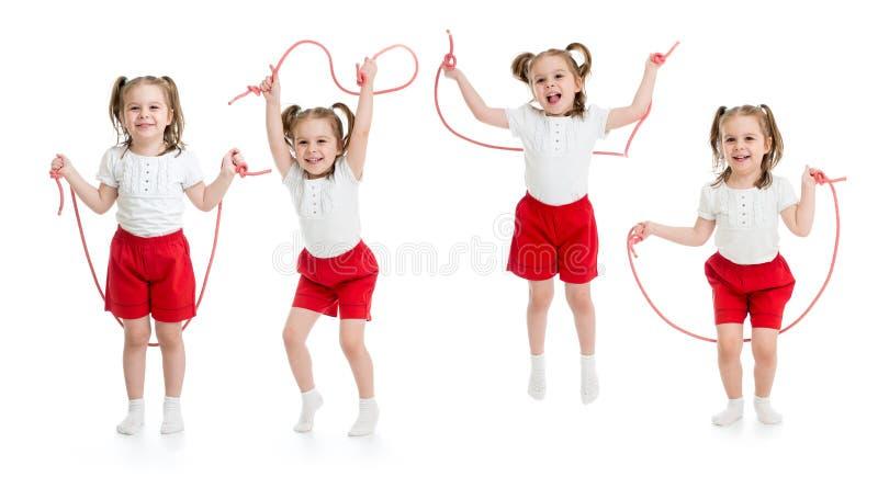 Reeks van kindmeisje geïsoleerd springen met kabel stock afbeelding