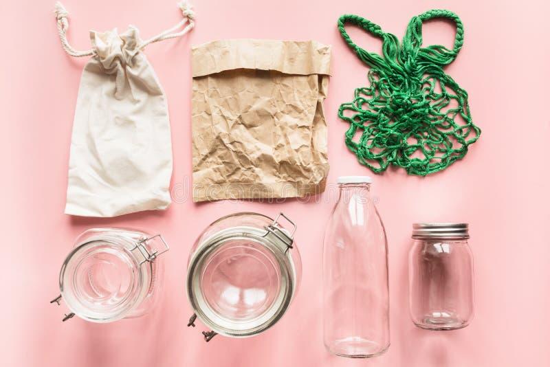 Reeks van kruiken en document zak voor nul afval opslag en het winkelen geen plastiek royalty-vrije stock afbeeldingen