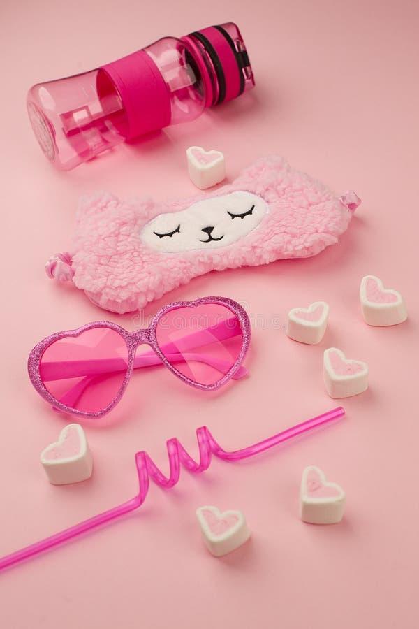 Reeks van leuke kawaiitoebehoren voor jong meisje in roze kleur, het concept van de zonneschijnzomer, in lama en suikergoed roze  royalty-vrije stock foto