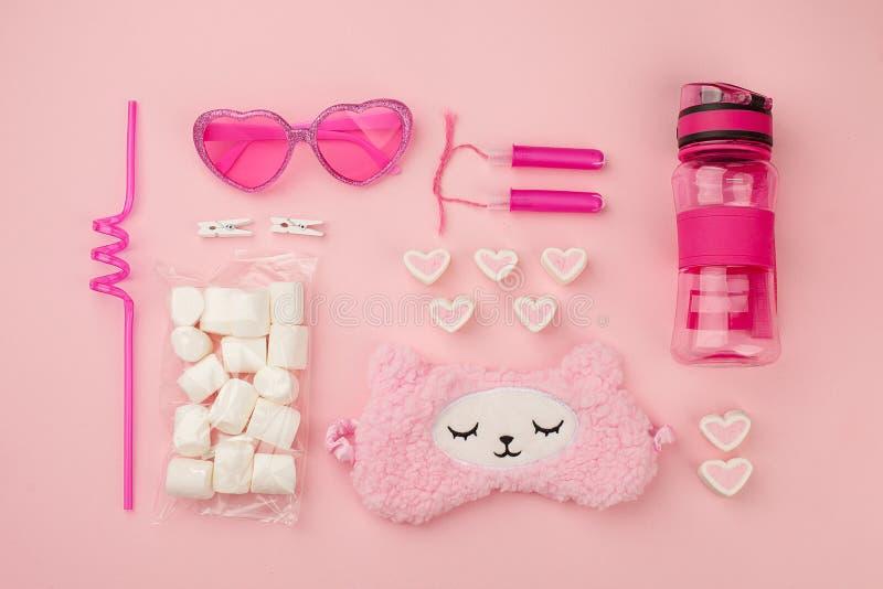 Reeks van leuke kawaiitoebehoren voor jong meisje in roze kleur, het concept van de zonneschijnzomer, in lama en suikergoed roze  stock fotografie