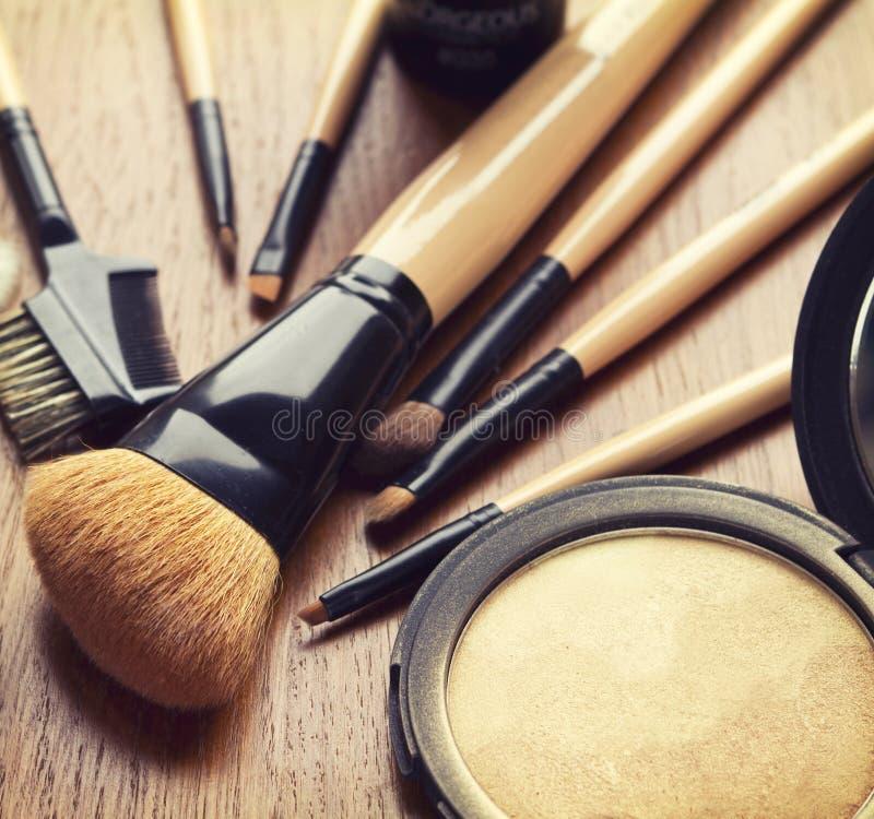 Reeks van make-upborstels en bronzer highlighter poeder stock afbeeldingen