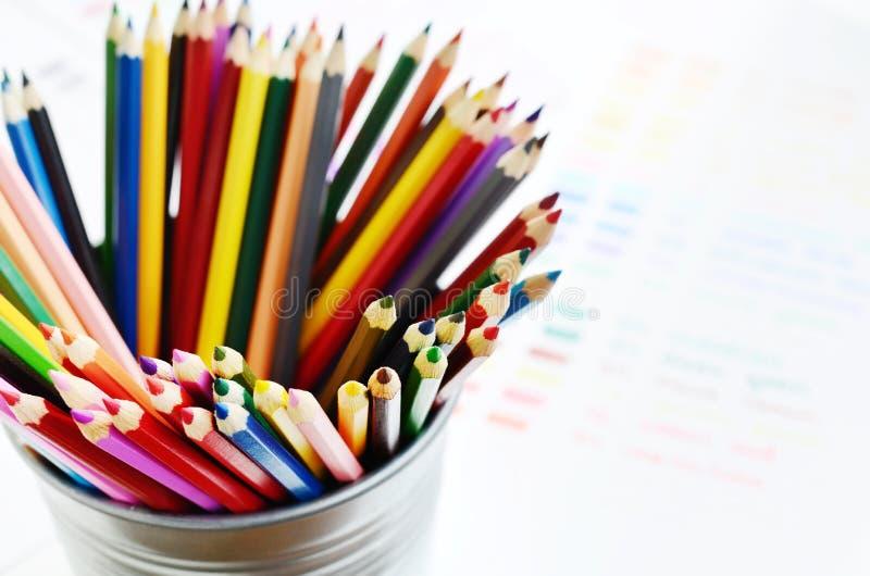 Reeks van multicolored houten potloden en kleurenpalet stock afbeelding