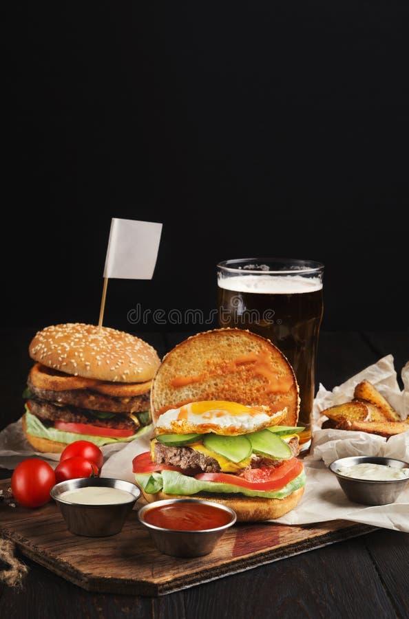 Reeks van ongezonde kostdiner met hamburger en aardappel die met bier wordt gediend royalty-vrije stock foto