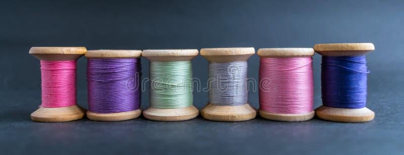Reeks van pastelkleurendraad voor het naaien op een zwarte achtergrond Se royalty-vrije stock foto's
