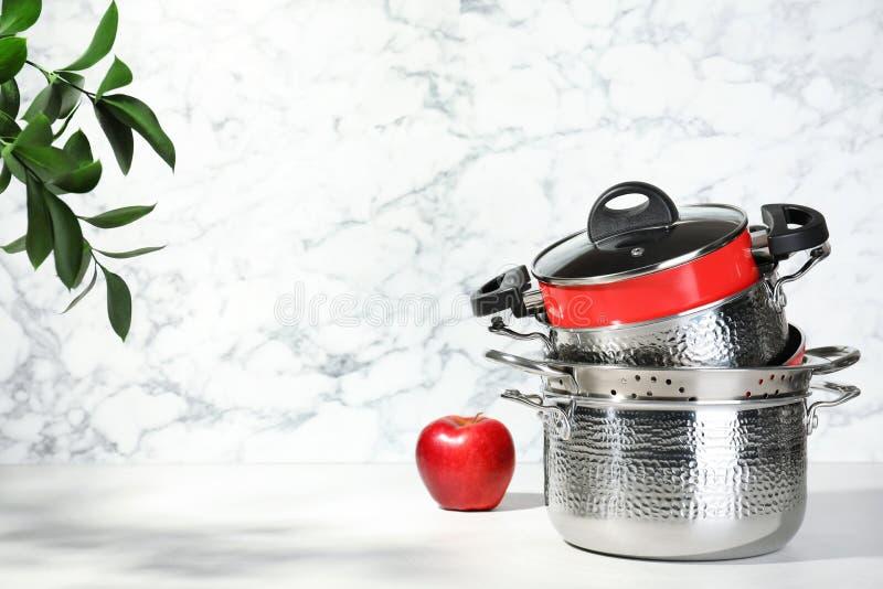 Reeks van schone cookware op lijst tegen lichte achtergrond royalty-vrije stock fotografie