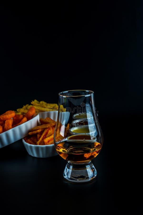 Reeks van snacks met verschillende onderdompelingen en één enkel mout in een glas, royalty-vrije stock afbeelding