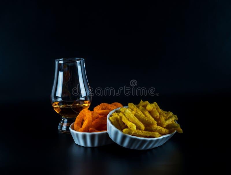 Reeks van snacks met verschillende onderdompelingen en één enkel mout in een glas, stock afbeeldingen