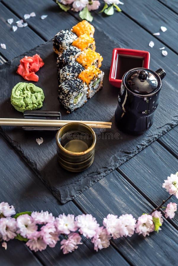 Reeks van sushi, wasabi en gember op een zwarte achtergrond 2 royalty-vrije stock afbeeldingen