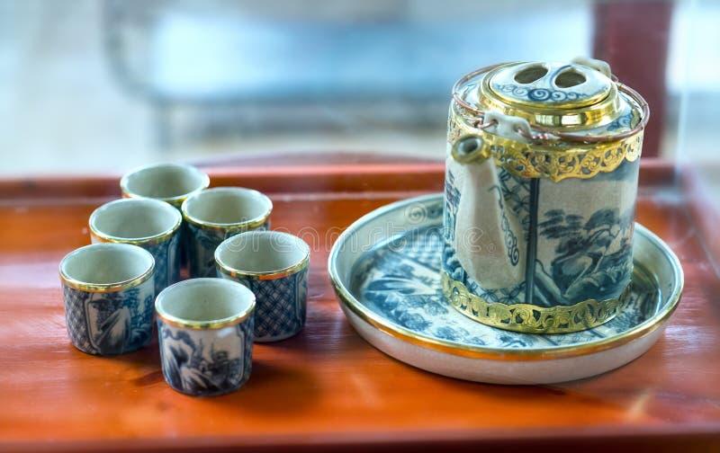 Reeks van theepotten en de oude theekop op de lijst royalty-vrije stock afbeeldingen