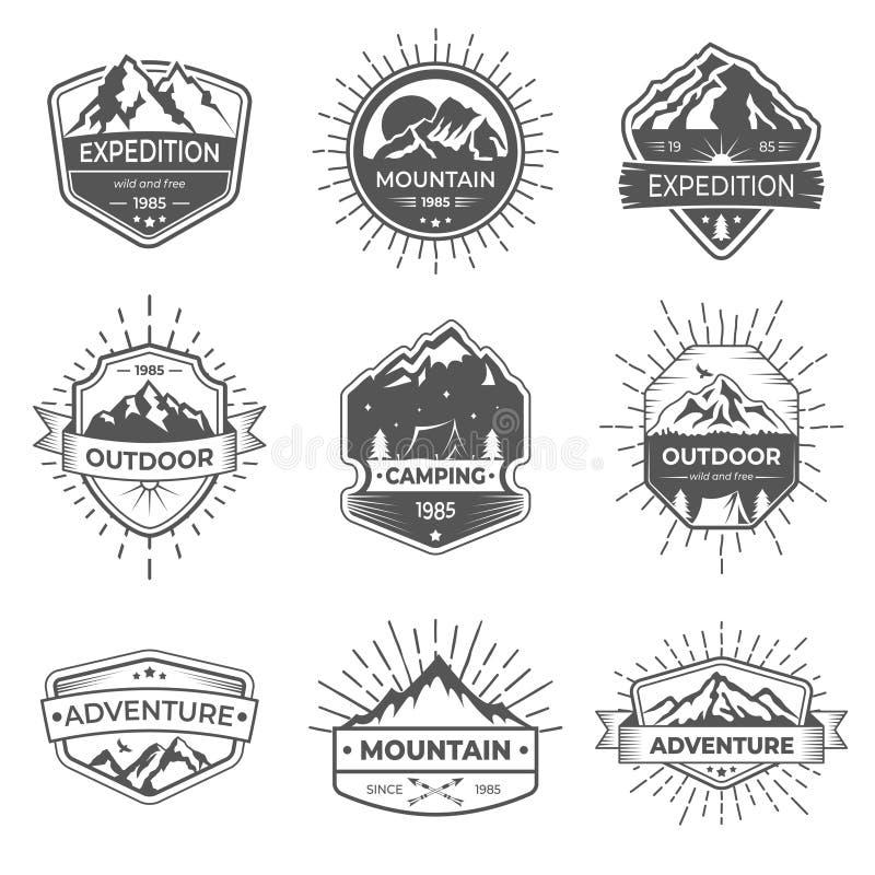 Reeks van vectorberg negen en openluchtavonturenembleem Logotypemalplaatjes en kentekens met bergen, bomen, tent stock illustratie