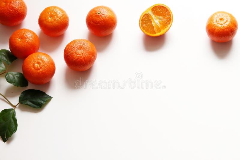 Reeks van vers mandarins fruit Gehele en gesneden mandarins op witte houten lijst Materiaal voor sap voor ontbijt of voor royalty-vrije stock foto's
