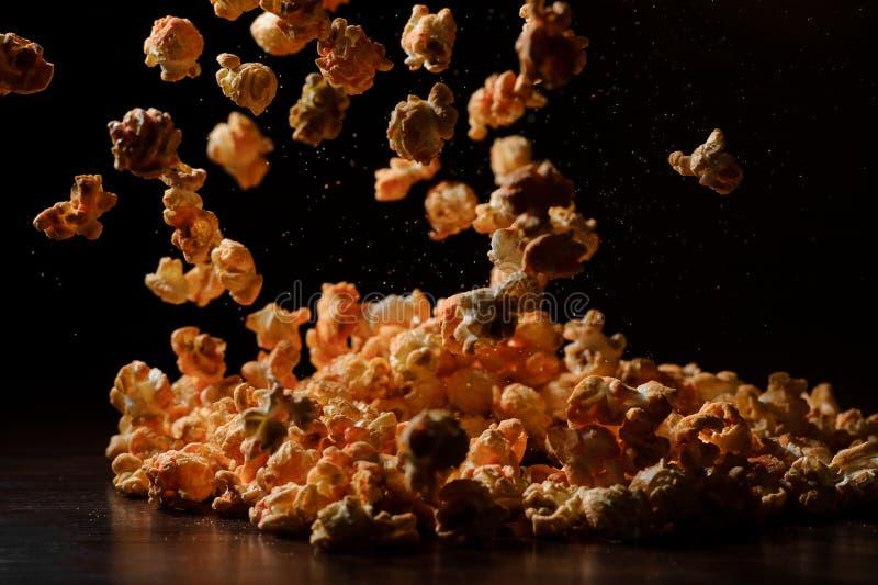 Reeks van verse warme zoute popcorn met kaas stock fotografie