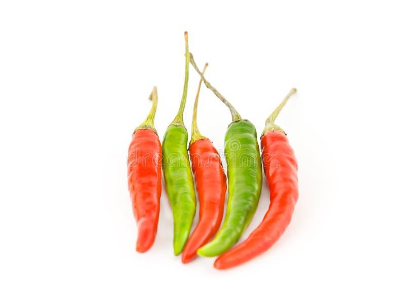Reeks van vijf peper het rode groene lange scherpe afwisselen op wit royalty-vrije stock afbeeldingen