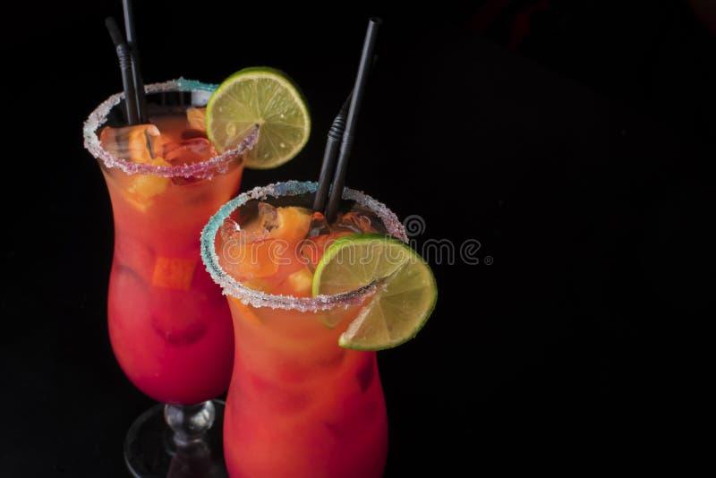 Reeks van zich de twee zomer verfrissen coctails geïsoleerd op een zwarte achtergrond Oranje alcoolic coctail of een limonade stock foto